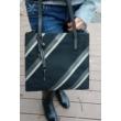 Női-shopper-táska-fekete-szürke-bézs-kézben-pakkoljhu