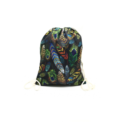 Női-hátizsák-fekete-színes-madártoll-minta-pakkolj-hu